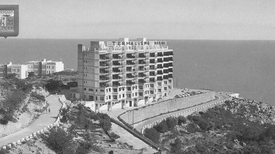 La historia del Termalismo, el coloso abandonado que custodia Benicàssim desde 1967