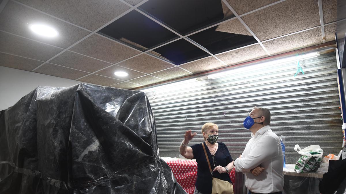 El enorme agujero que dejó el derrumbe se aprecia aún en el techo del lugar.