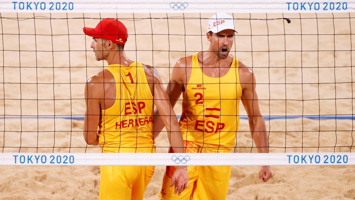 Los españoles Herrera y Gavira, durante el partido.