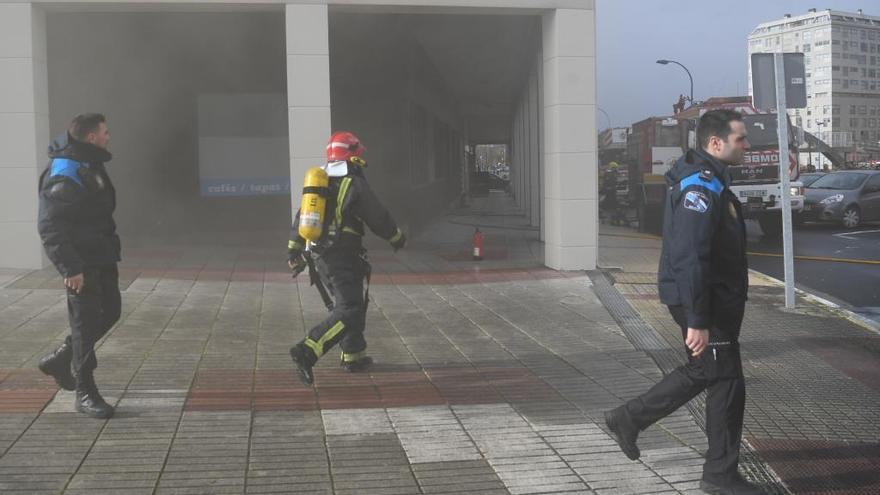Un incendio en un local en reformas obliga a desalojar dos edificios en O Burgo