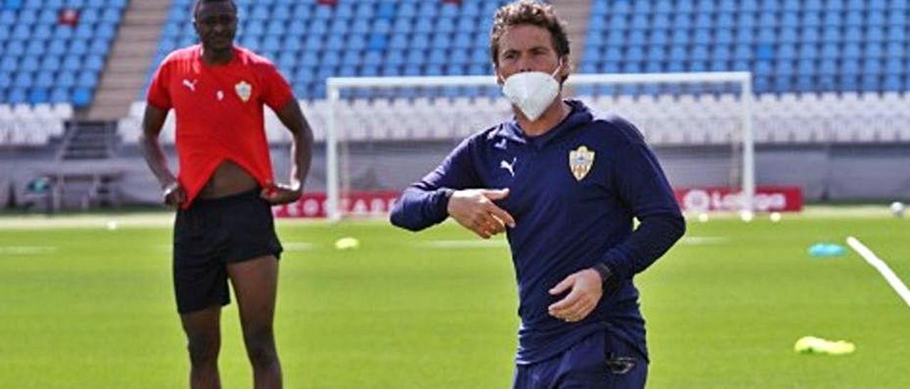 Rubi dirige el entrenamiento del Almería. |