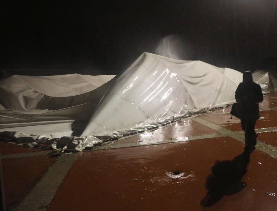 La cubierta de la piscina municipal do Sar de Santiago, arrancada por el temporal.