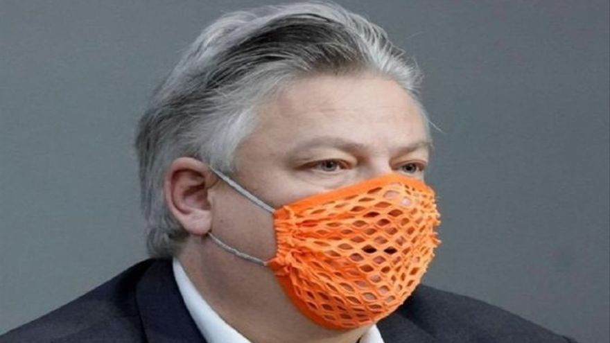 Positivo por Covid un político alemán ultraconservador que llevaba una mascarilla con agujeros
