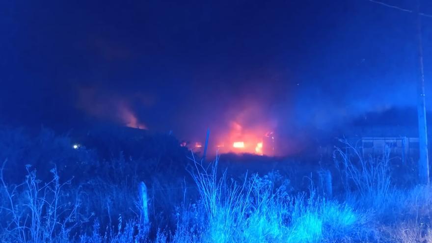 Un incendio se extiende por la carretera de La Hinesta