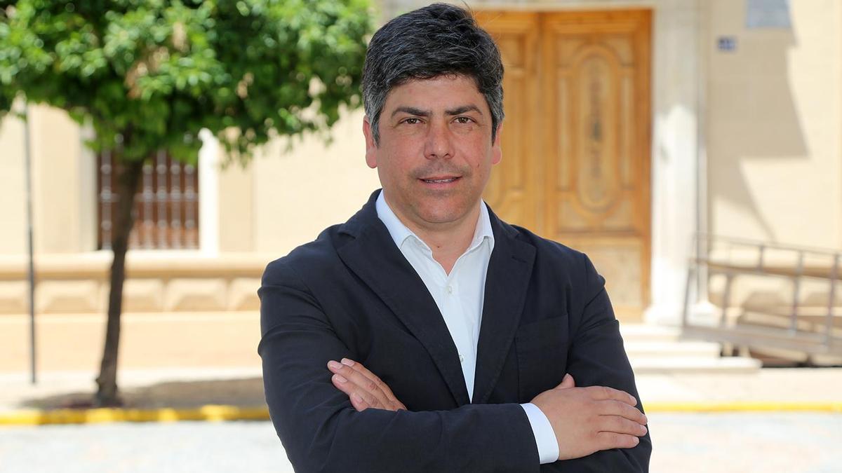 El alcalde de Montilla, Rafael Llamas, a las puertas del Ayuntamiento.