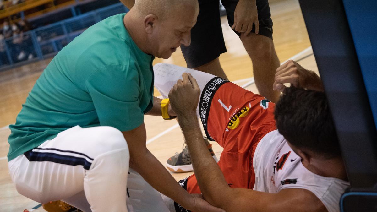 Manu Vázquez es atendido por el médico