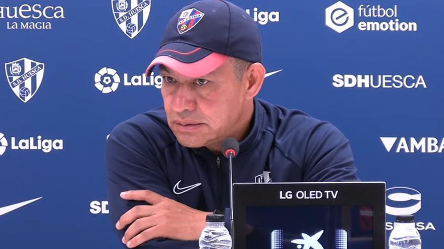 """El entrenador del Huesca se suma a la teoría de que jugar en Canarias es """"complicado"""": """"Se te seca la garganta"""""""