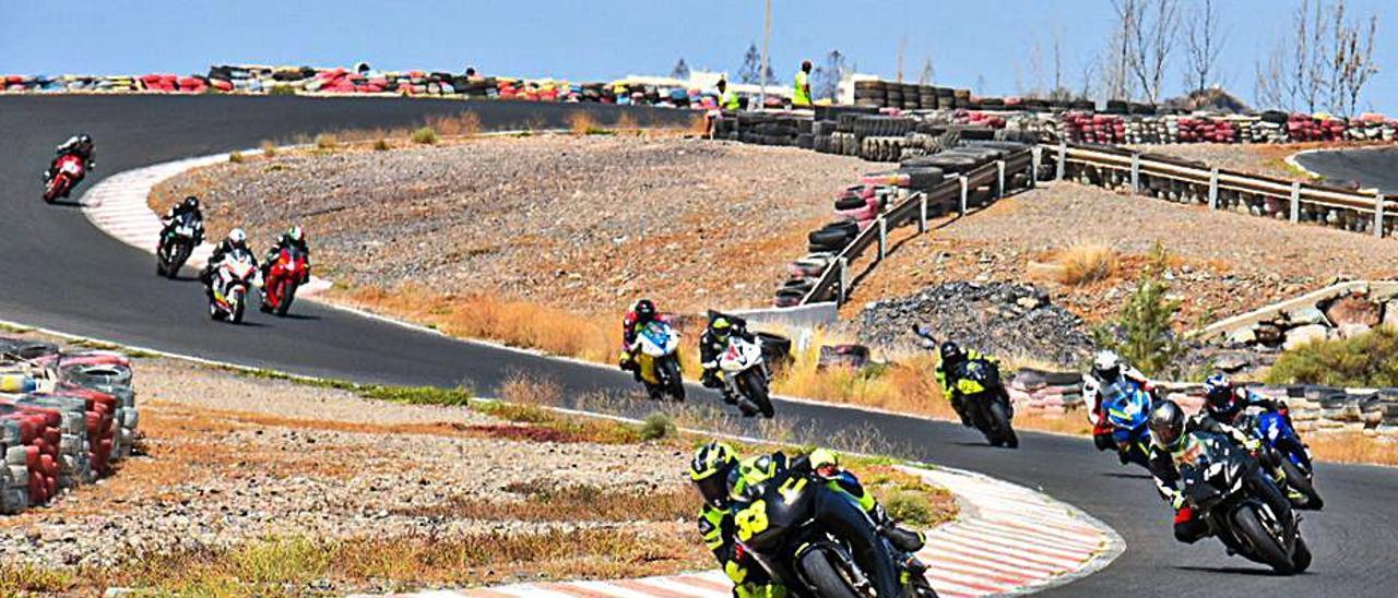 Un pelotón de motos corriendo ayer en el Trofeo Cabildo de Gran Canaria. | |