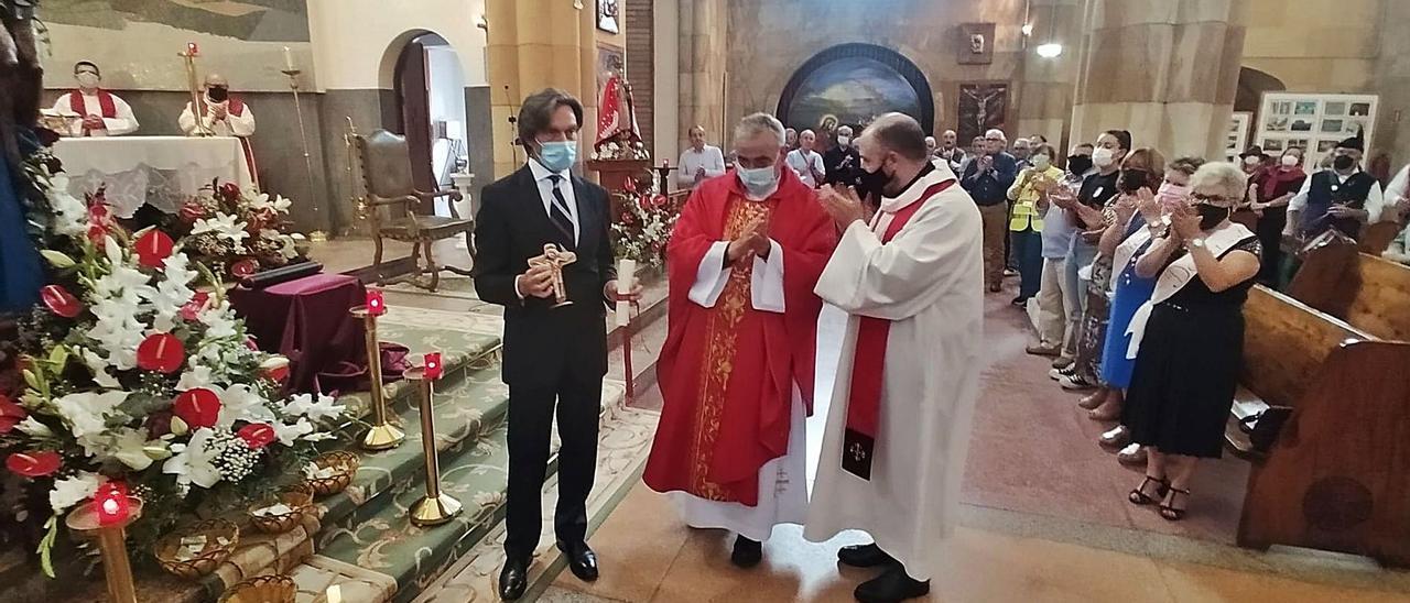 Emilio Esteban, tras recoger su premio, junto a Manuel Robles, rector de la basílica del Sagrado Corazón de Jesús de Gijón, y Enrique Álvarez, párroco de Turón, a la derecha.   D. M.