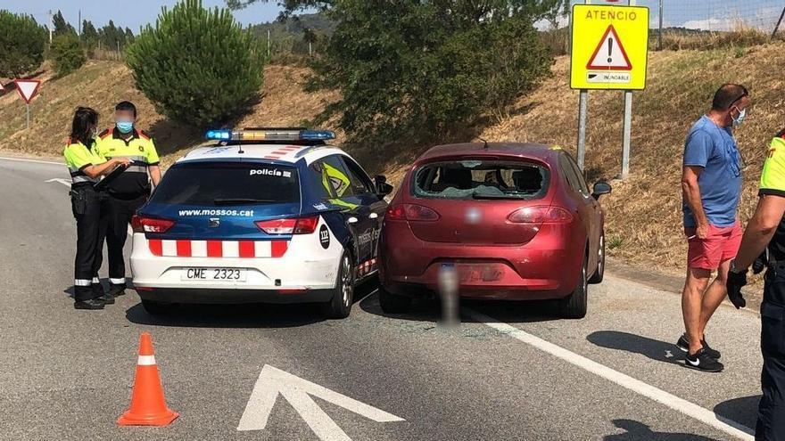 Detenen a Vidreres un conductor begut per conduir de manera temerària i xocar contra un cotxe patrulla dels Mossos