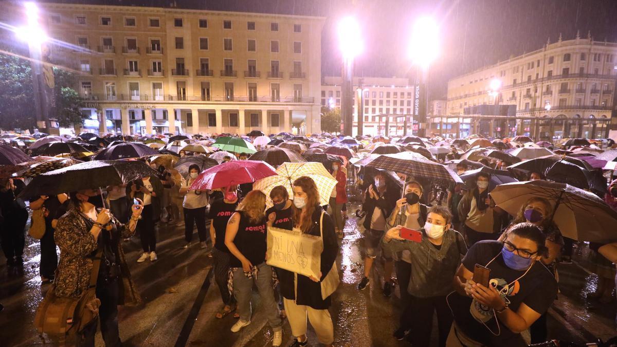 Varias personas durante la concentración del pasado viernes en Zaragoza.