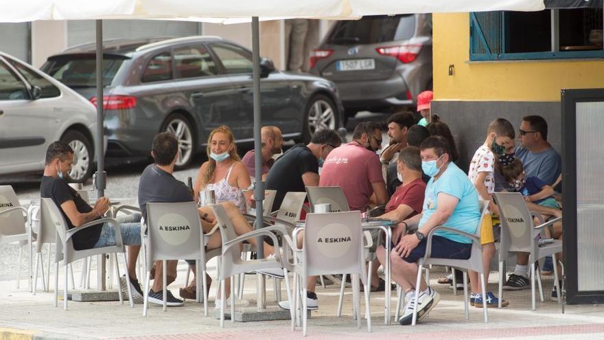 A Mariña mantiene limitadas a 10 personas las reuniones privadas pero amplía aforos y horarios en bares