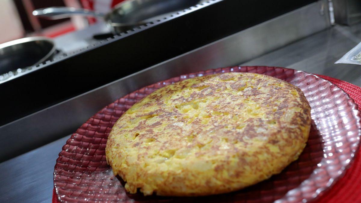 El sencillo truco para hacer la tortilla de patata perfecta: cuándo darle la vuelta sin que se queme ni pegue