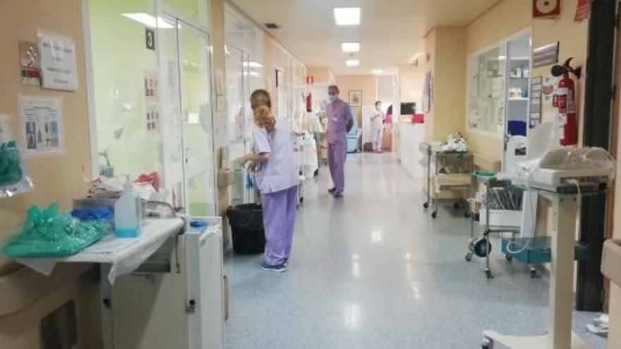 Médicos y enfermeros deben compaginar su labor con el rastreo de casos