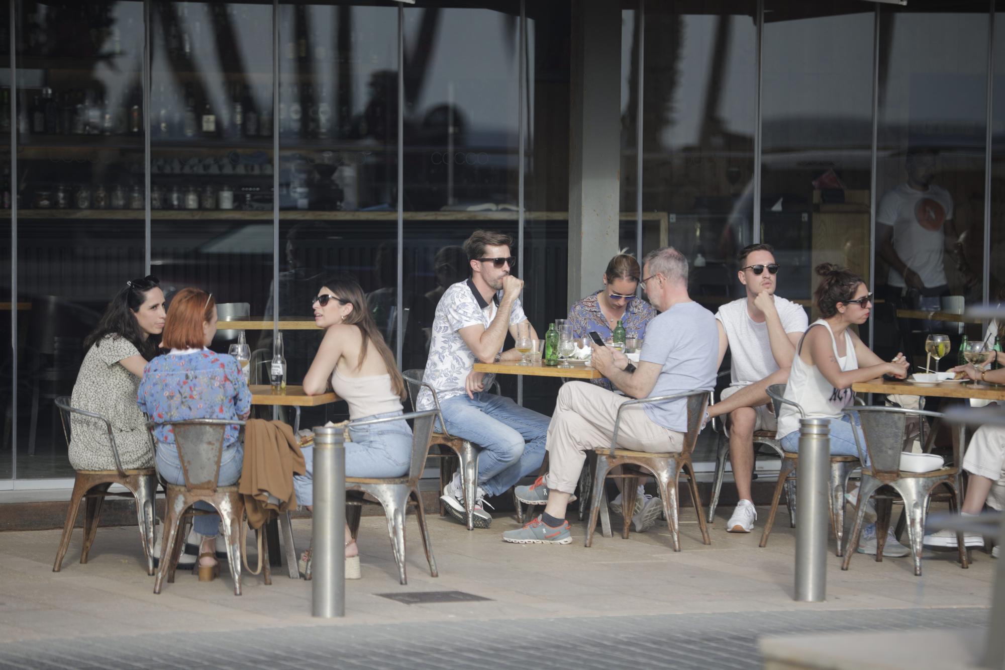 Terrazas repletas en Palma en el primer día  de la apertura ininterrumpida