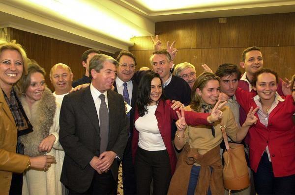 Carlos Mantilla entre Juan Corral y Julio Pedrosa celebrando la victoria del PP en las Elecciones Generales del año 2000. // Cameselle