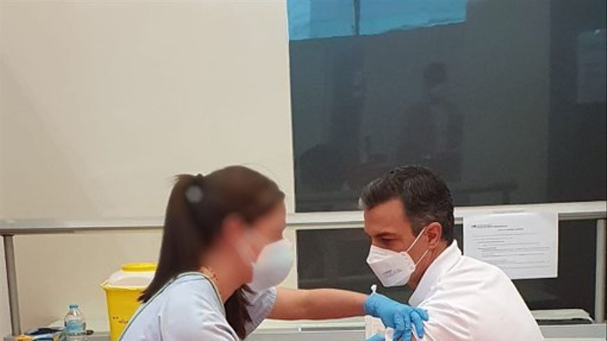 Sánchez rep la primera dosi de la vacuna contra la covid-19