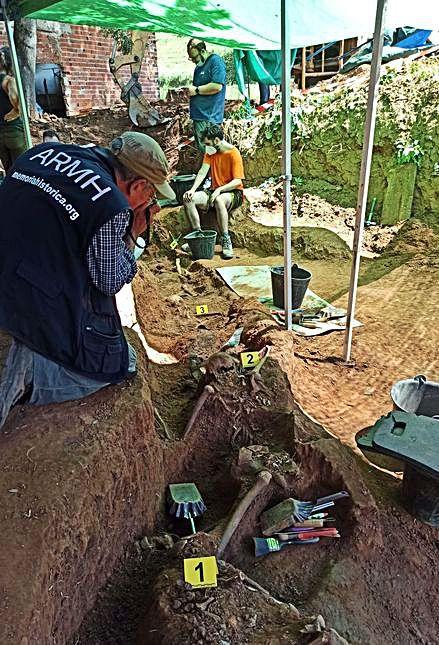 Uno de los voluntarios de la ARMH realiza fotografías para documentar el trabajo arqueológico.   S. Arias