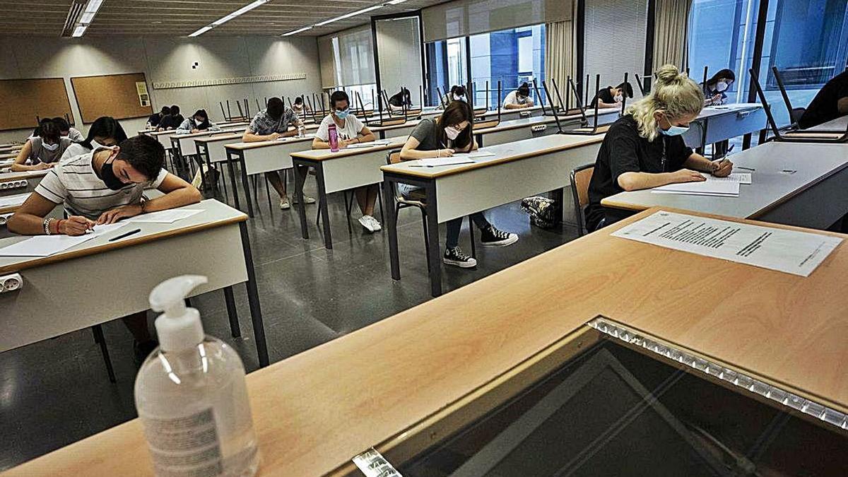 Diversos alumnes fan un examen en la selectivitat de setembre de 2020.   GERMÁN CABALLERO