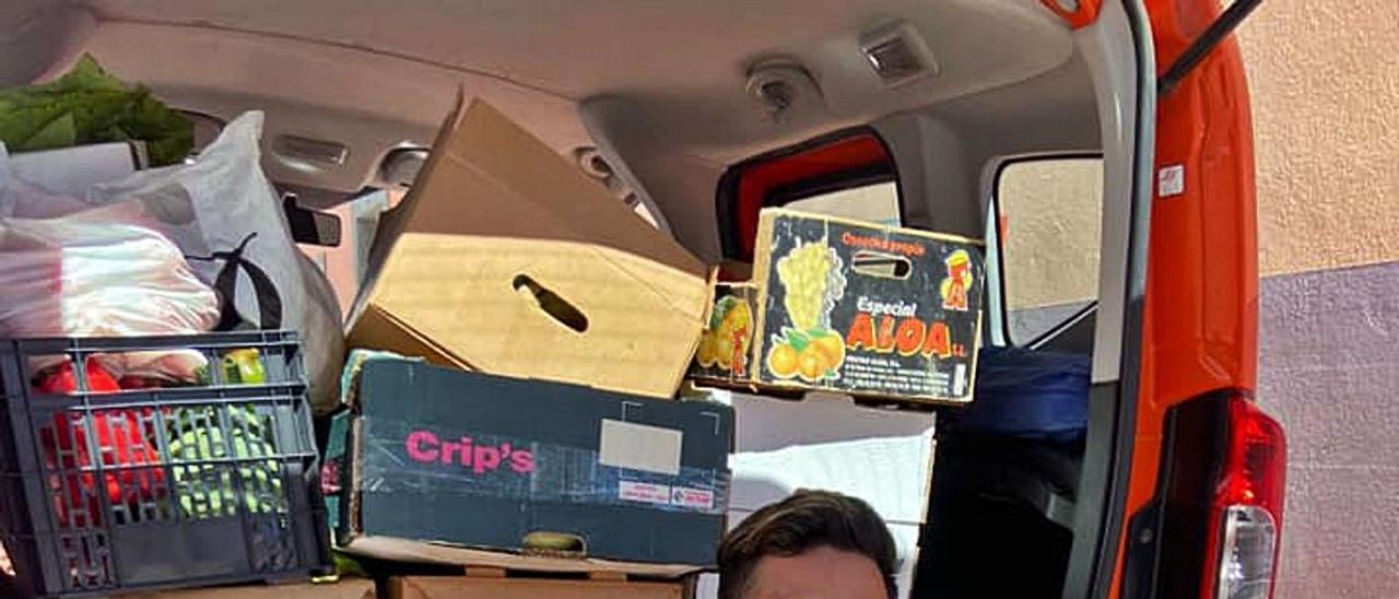 Josué Guillén, uno de los colaboradores, con una furgoneta llena de alimentos para repartir. | | LP/DLP
