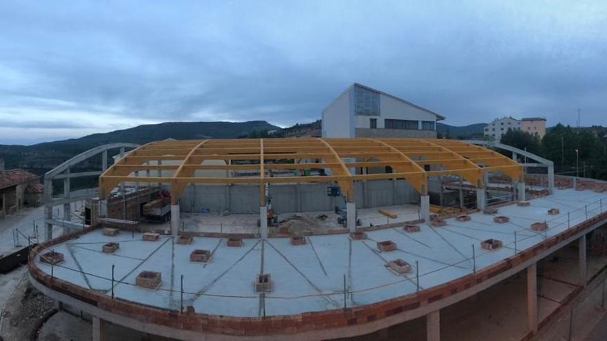 La cubierta del nuevo pabellón de Cantavieja se empieza a colocar