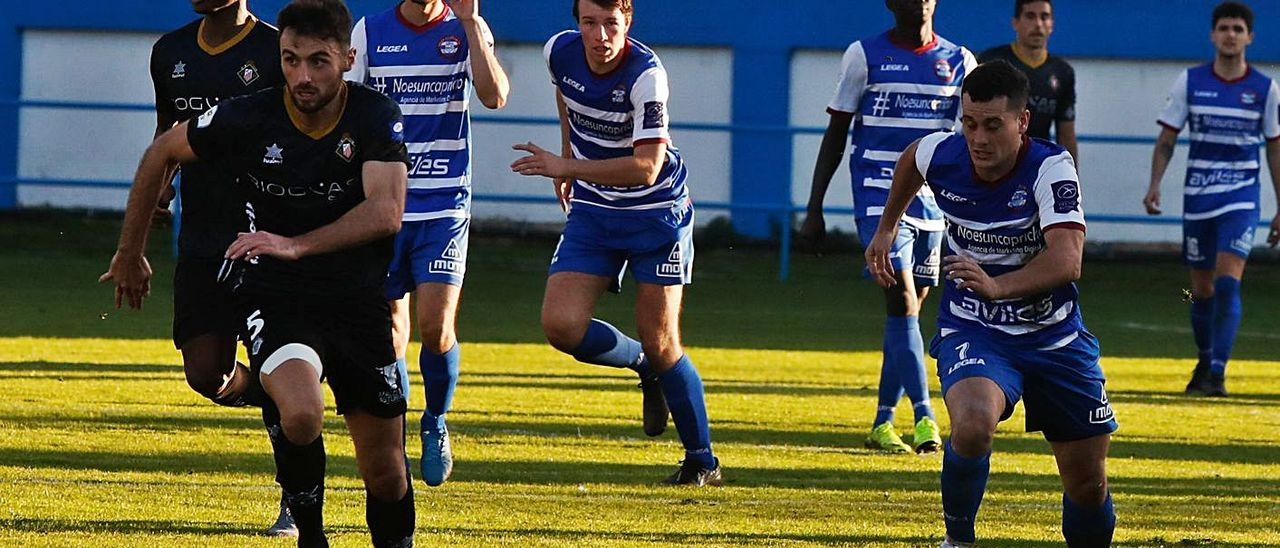 Álvaro Cuello conduce un balón en el partido entre Avilés Stadium y Caudal. | Mara Villamuza