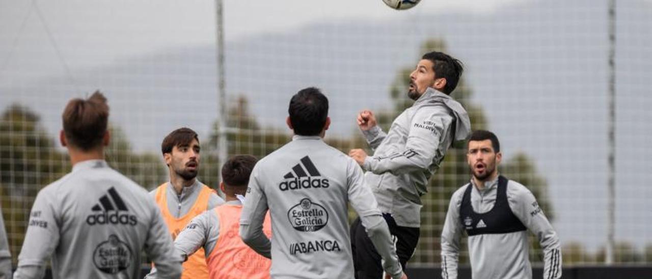 Nolito salta para cabecear un balón durante el entrenamiento vespertino celebrado ayer por el Celta en la ciudad deportiva de Mos. // RCCELTA