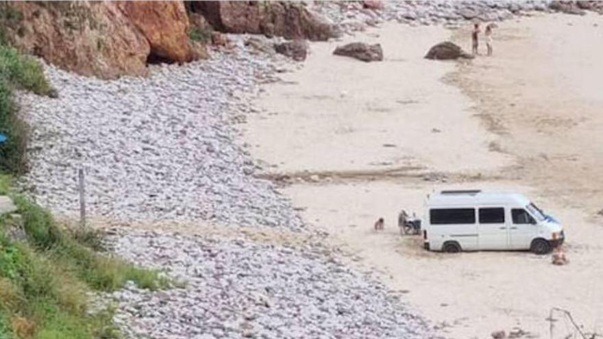 Encallados en la arena y multados por violar la ley de costas al aparcar su caravana en mitad de la playa