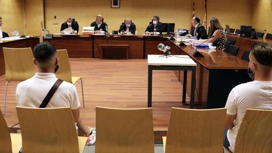 Jutgen dos acusats que s'enfronten a 46 anys de presó per violar una noia