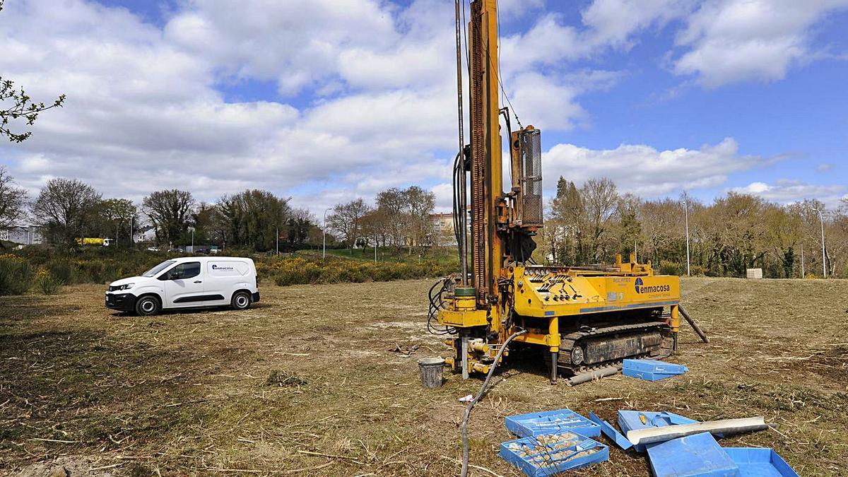 Maquinaria para realizar trabajos técnicos recientes en la parcela de Lidl. |  // BERNABÉ/JAVIER LALÍN
