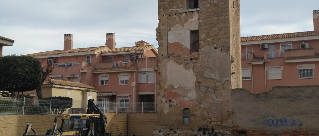 Maquinaria de desbroce, ayer, junto a Torre Placia.