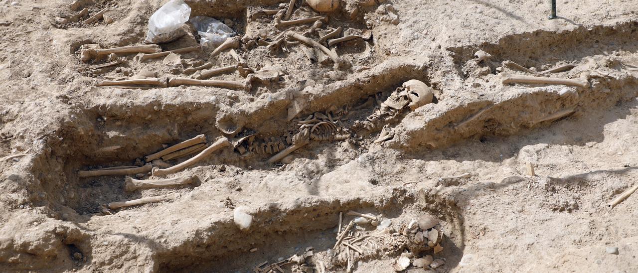Documentadas 18 tumbas de niños junto a la muralla islámica