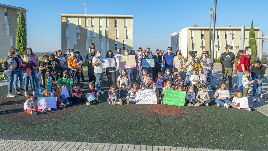 Los vecinos de La Pilara, en Badajoz, se manifiestan para recuperar el parque infantil