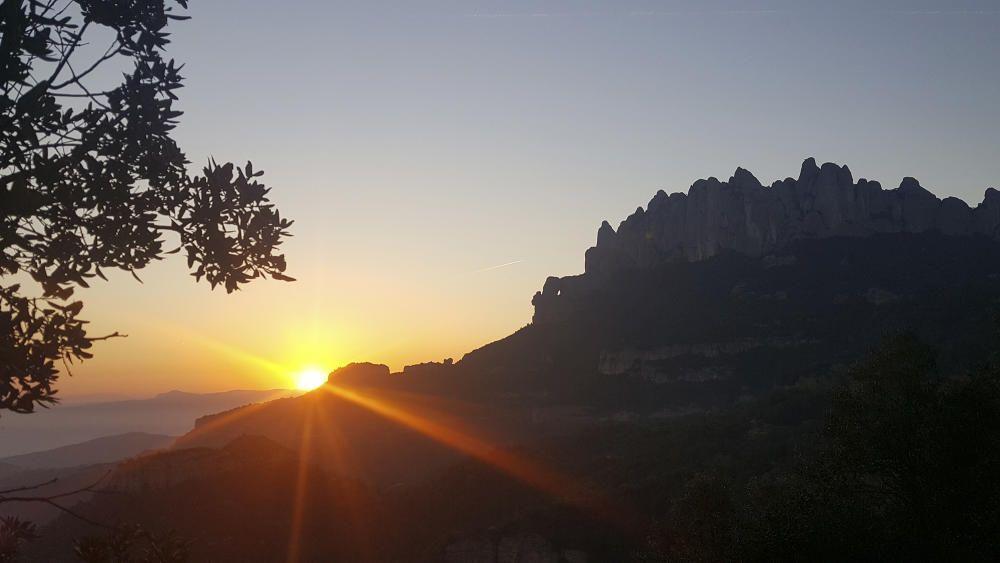 Montserrat. Quan arriba el capvespre el sol comença a amagar-se, però ens  deixa imatges com aquesta de la màgica muntanya de Montserrat, que ens dona pau i tranquil·litat.