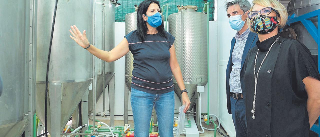 La consejera Elena Máñez y Carlos Navarro, gerente de la Agencia Canaria de Innovación, conocen las instalaciones de la planta piloto donde se transformará el aceite.