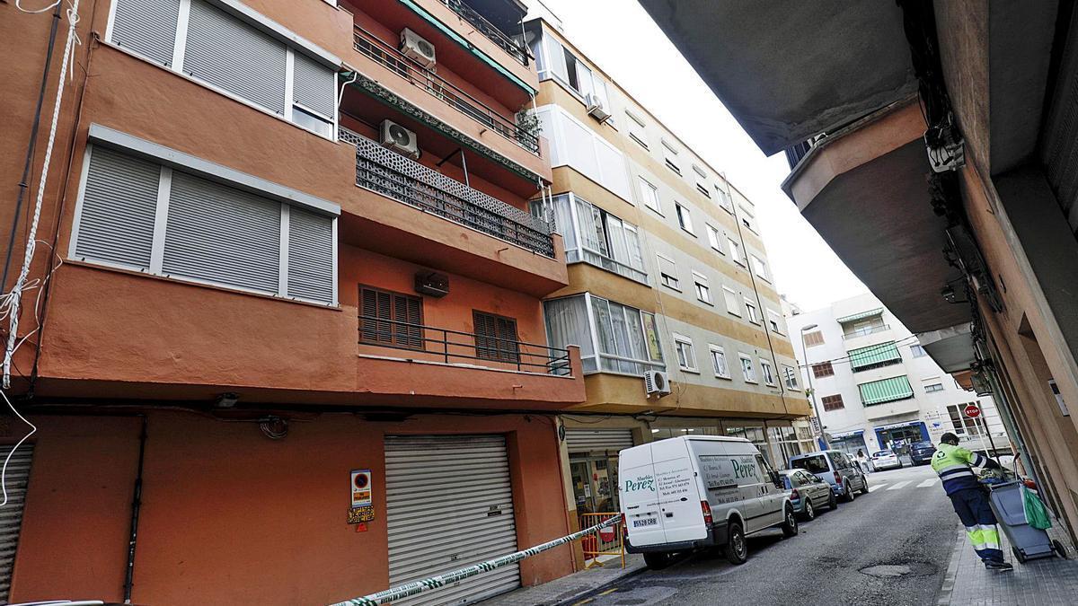 La acera de la calle Menorca de s'Arenal de Llucmajor quedó precintada por el riesgo de desprendimientos.