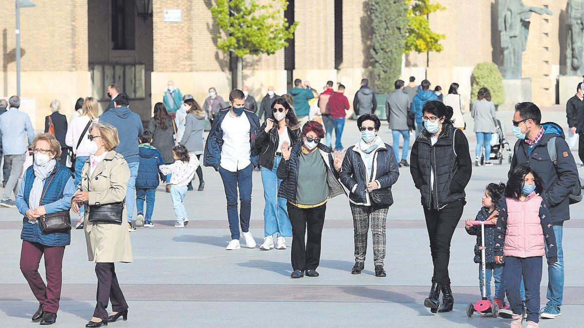 Varias personas pasean por la plaza del Pilar de Zaragoza, hace unas semanas.
