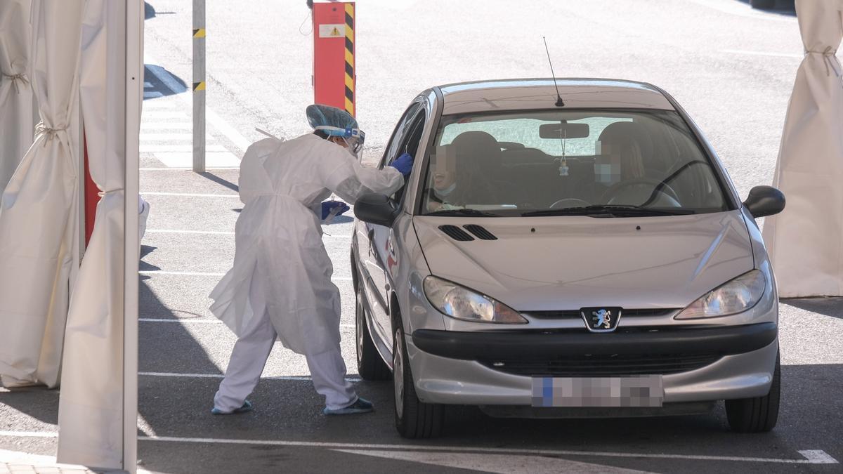 Realización de pruebas PCR en el exterior del Hospital de Elda, esta semana.