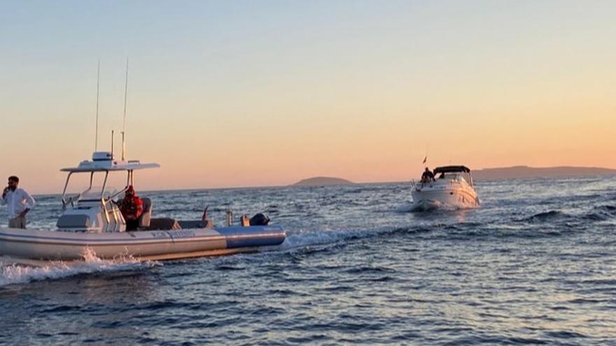 Remolcada una embarcación con cinco tripulantes tras una avería en Sanxenxo