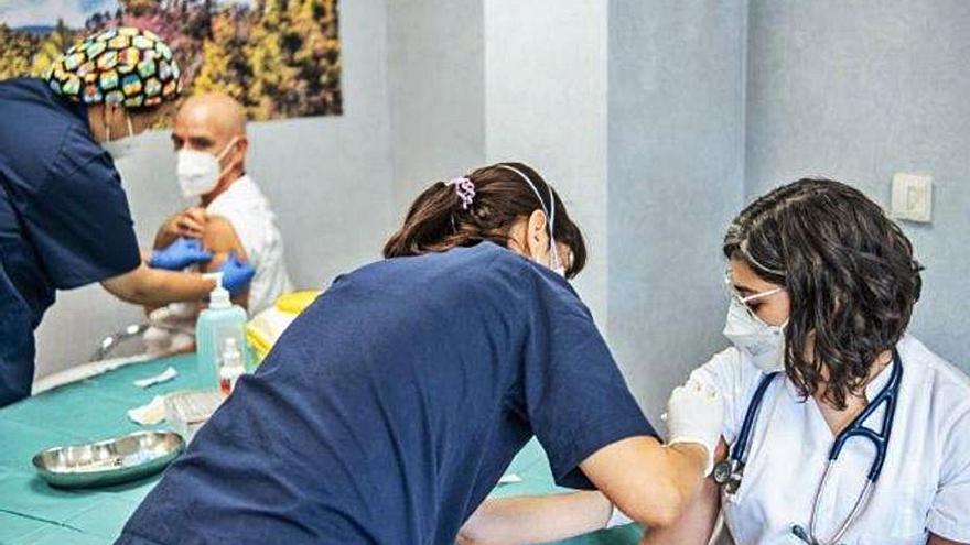 El personal de los centros Quirónsalud de Tenerife recibe la vacuna de Moderna