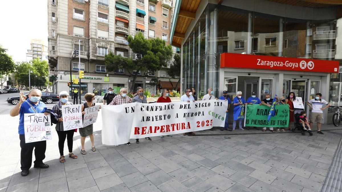 Un momento de la concentración, esta mañana, en Zaragoza.