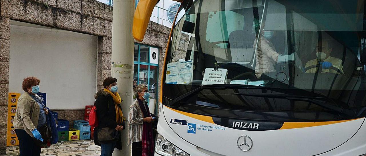 Viajeras subiendo a un autobús interurbano en Cangas este año.     //