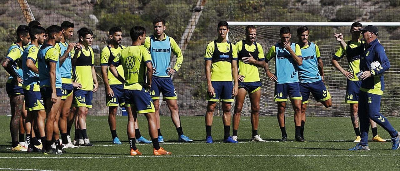 Pepe Mel –derecha– se dirige a los jugadores durante un entreno este mes. | | LP/DLP