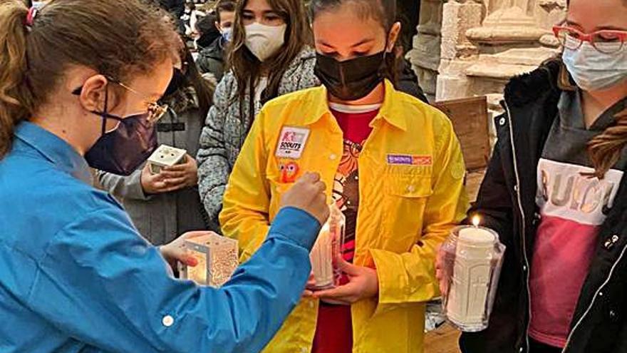 El grupo Scout Gothorum de Toro reparte la  Luz de la Paz de Belén en San Julián