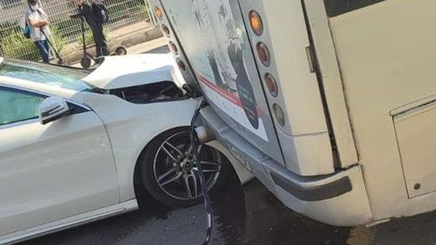 Accidente entre un coche y un autobús en el Grau de Castelló