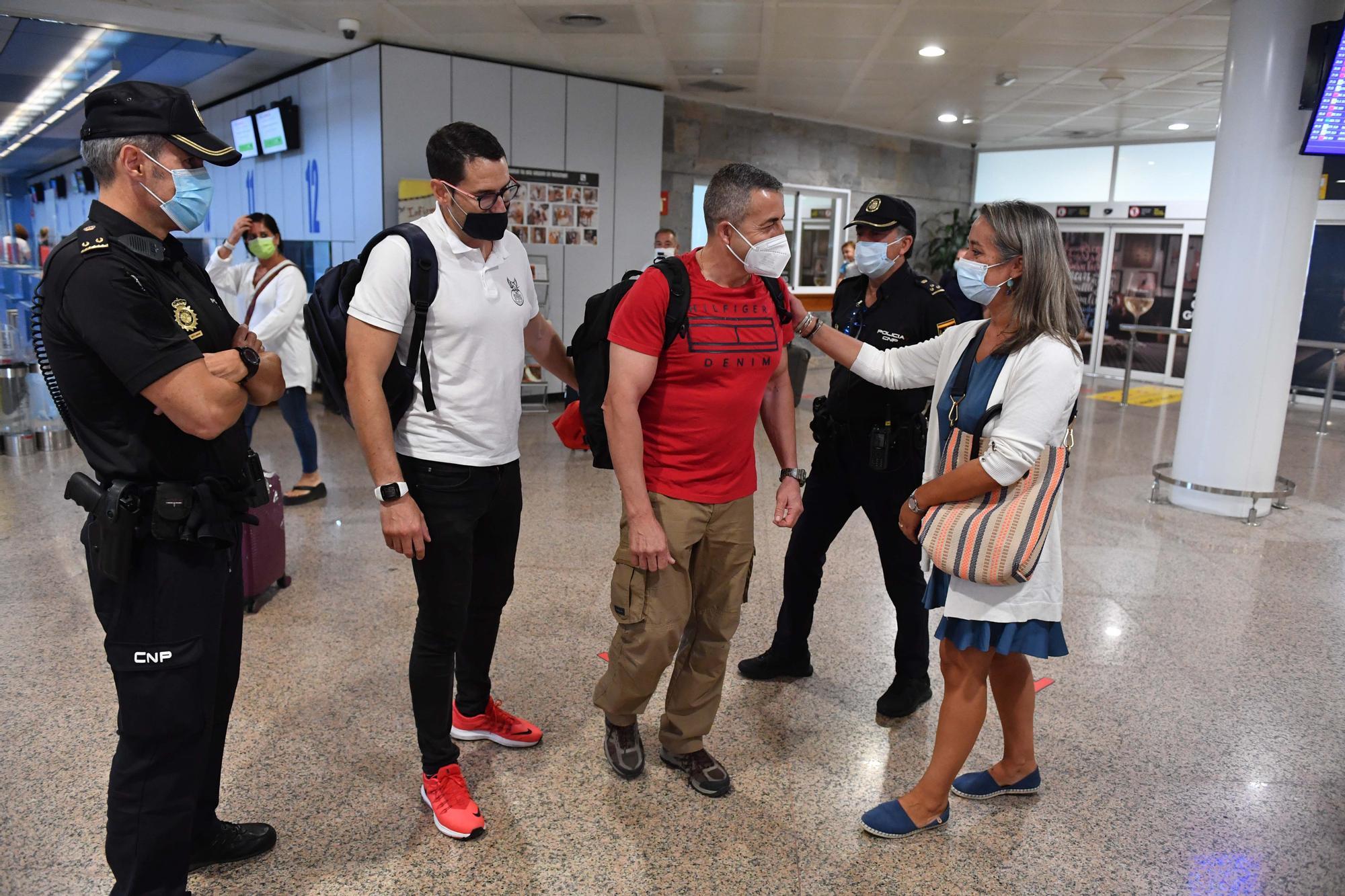 Caluroso recibimiento en el aeropuerto de Alvedro a Víctor Bellón, el policía gallego destinado en Kabul