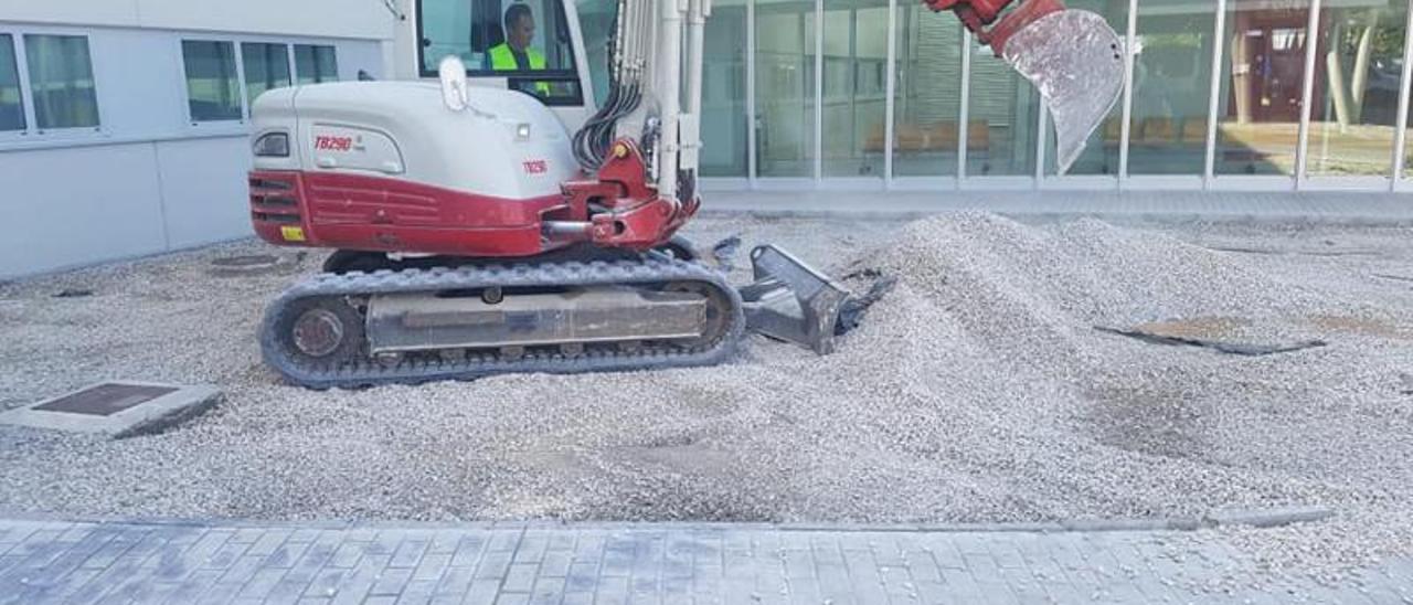 La excavadora que ha iniciado los trabajos para el parque infantil en el hospital de Gandia.                          LEVANTE-EMV