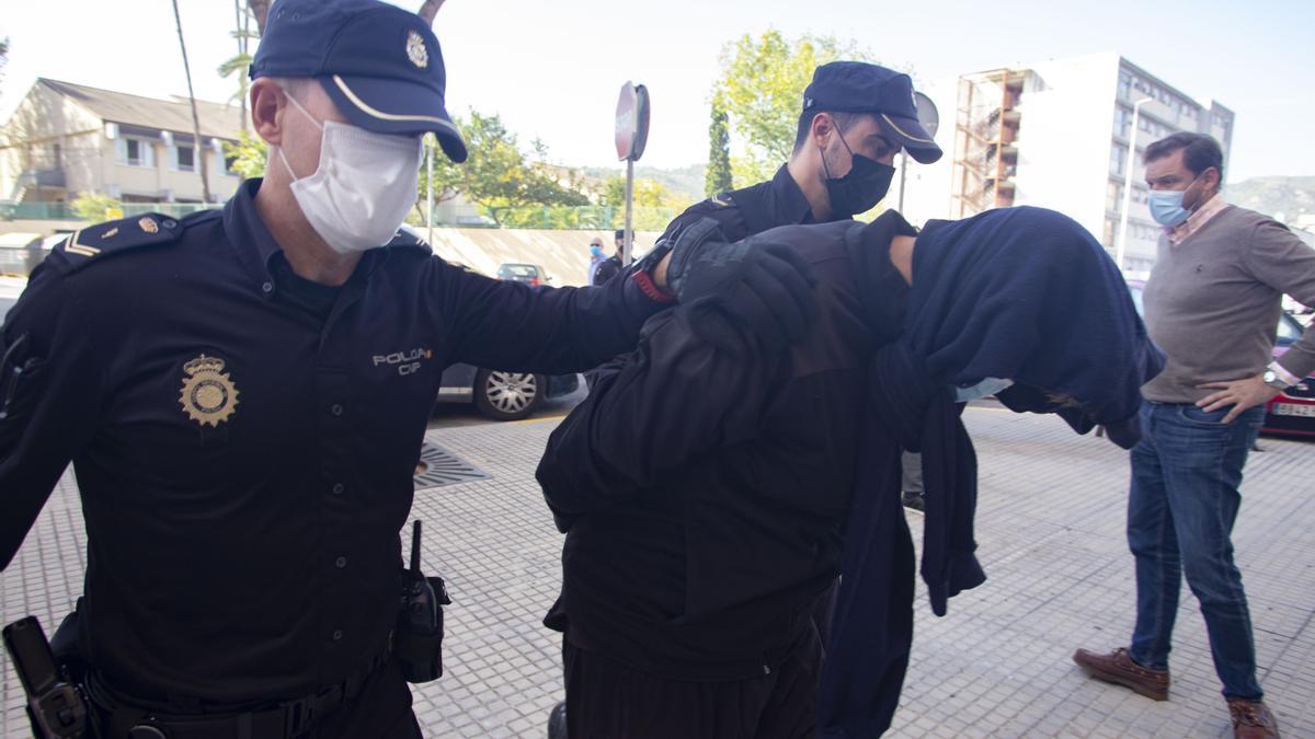 Uno de los detenidos, en su llegada al juzgado, esta mañana.