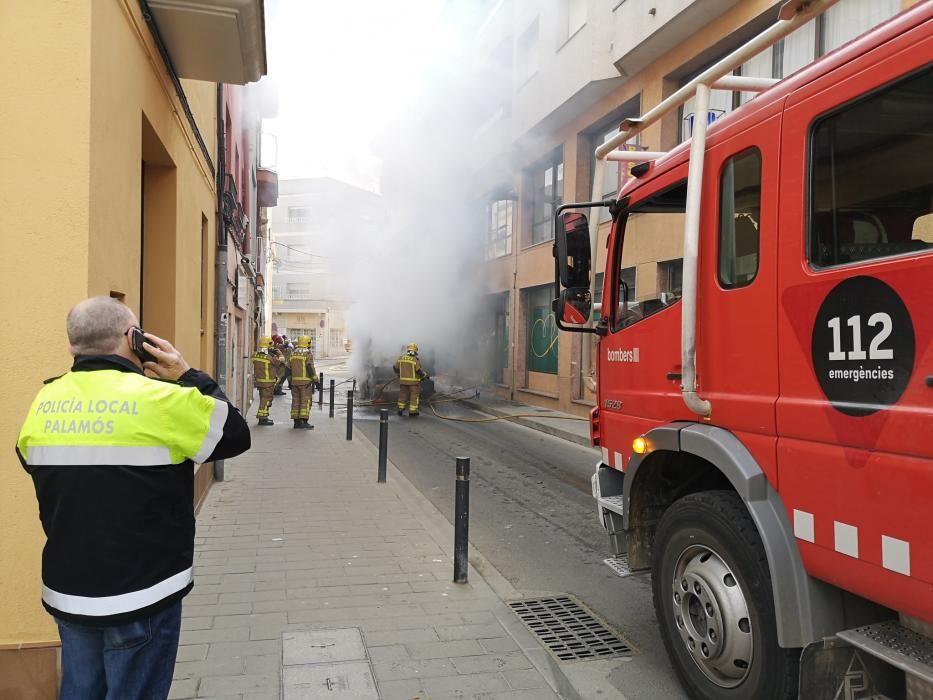 Incendi d'una màquina de neteja amb afectacions a un supermercat de Palamós