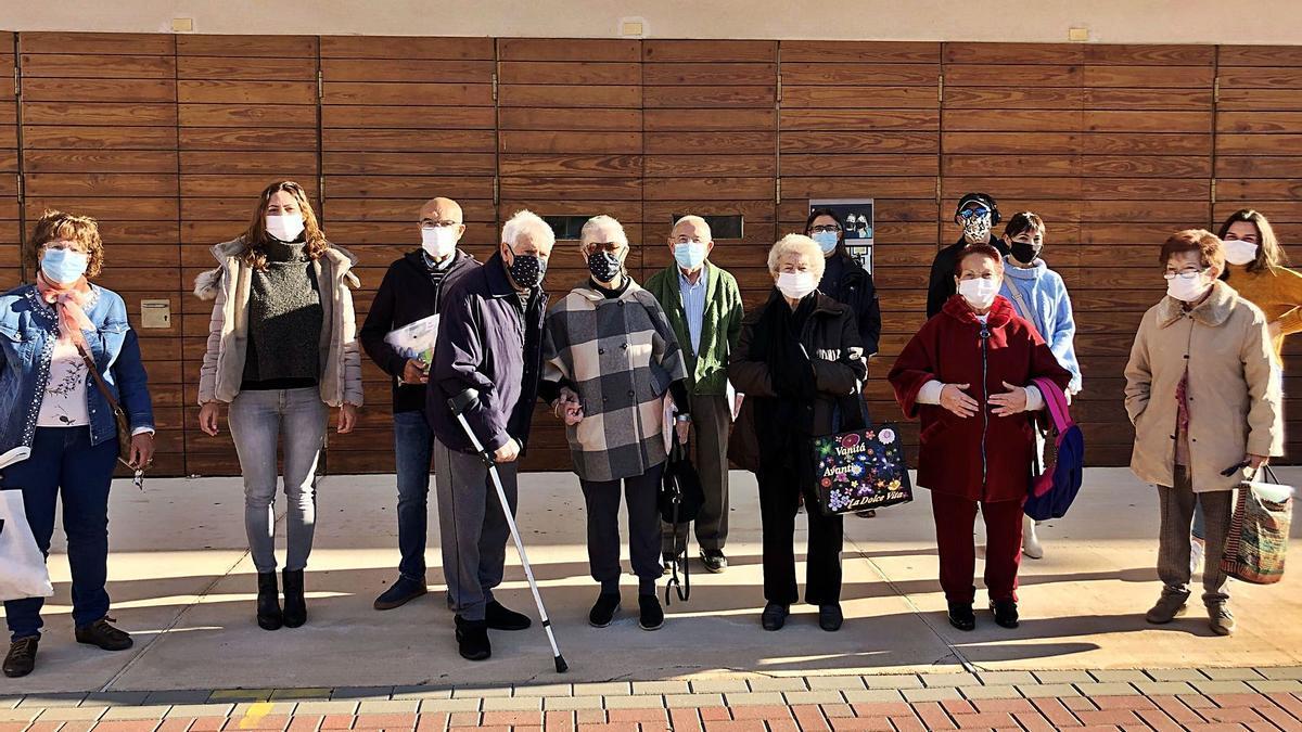Familiares y usuarios de Afadace en la puerta del salón de actos del Centro Social de El Campello